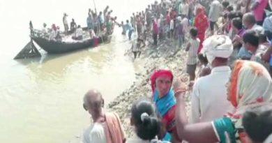 100 మంది ప్రయాణించే పడవ   బోల్తా