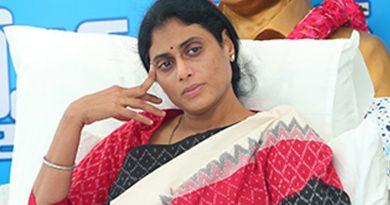 కేంద్ర, రాష్ట్ర ప్రభుత్వాలకు సిగ్గు లేదు: ట్విట్టర్ లో షర్మిల ఆగ్రహం