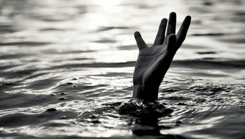 A couple with two children committed suicide by jumping into a river