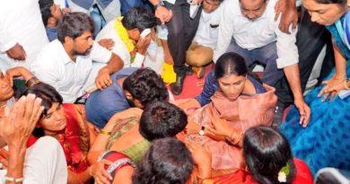 సింగరేణి కాలనీ లో దీక్ష చేస్తున్న షర్మిల , విజయమ్మ